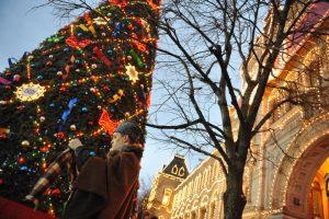Новогодние елки и праздничные иллюминации в Москве начали демонтировать. Фото: Александр Казаков