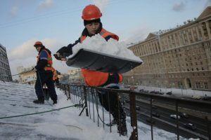 Сотрудники «Жилищника» очистили от снега крыши всех домов района. Фото: Сергей Шахиджанян, «Вечерняя Москва»