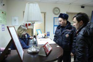 Сотрудник «Жилищника» проверили отселенные дома. Фото: Алексей Орлов, «Вечерняя Москва»