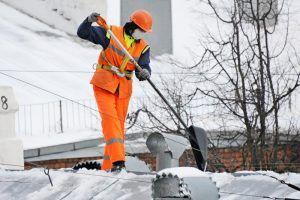 Кровельщики «Жилищника» очистили крыши домов от сосулек. Фото: архив, «Вечерняя Москва»