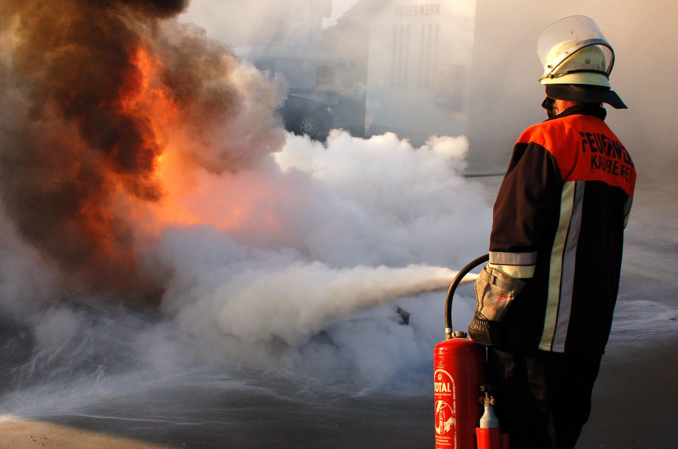 сделать картинки тушат пожар огнетушителем мнению журналистов