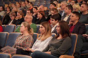 Сотрудники Музея Москвы организуют показ фильма. Фото: Денис Кондратьев