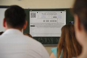 Два ученика сдали ЕГЭ по химии на сто баллов в школе №57. Фото: Александр Кожохин, «Вечерняя Москва»