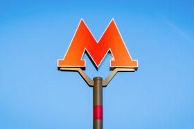 Тематический поезд начал курсировать через станцию «Октябрьская» метро Москвы. Фото: сайт мэра Москвы