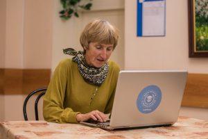 «Московское долголетие» организовывает активный онлайн-досуг на самоизоляции. Фото: Михаил Подобед, «Вечерняя Москва»