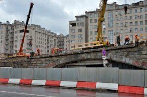 Работы по реконструкции Большого каменного моста планируют завершить раньше срока. Фото: Анна Быкова