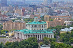 В Москве есть множество специальных пунктов. Граждане могут получить препарат в поликлиниках, торговых центрах, культурных учреждениях и парках столицы. Фото: Анна Быкова